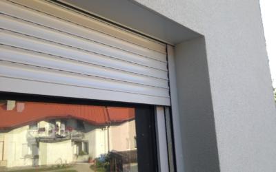 Okna z roletami i ich wkład w bezpieczeństwo domu