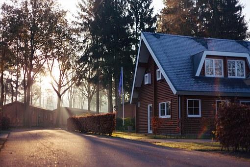 Markizy i okna na dach – jak poprawić komfort mieszkania na poddaszu